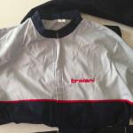 Abbigliamento personalizzato: Tuta da lavoro con loghi aziendali ricamati