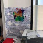 Carta da parati motivo mattoncini bianchi e macchie di colore